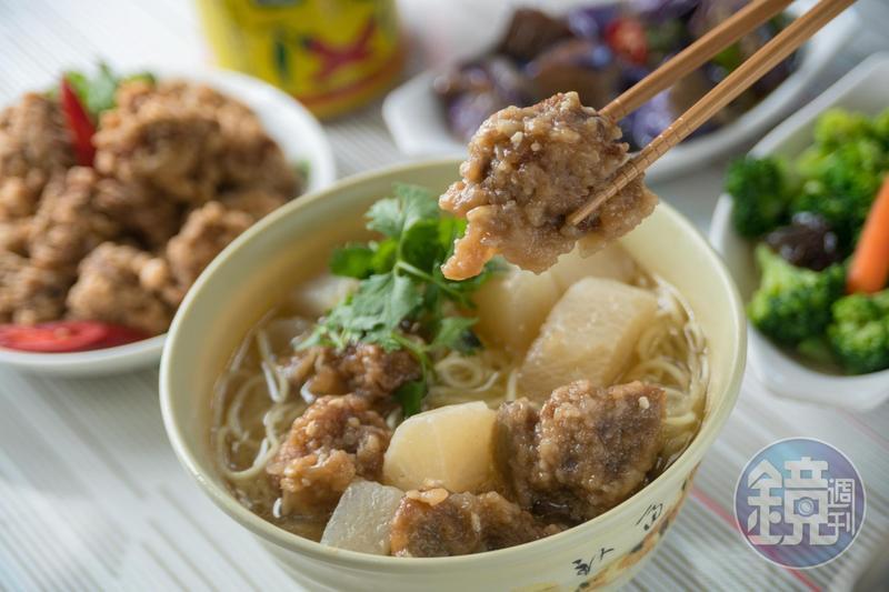 「吉慶飲食部」的招牌「排骨麵」,只在週二、四、六才吃得到。(75元/碗)