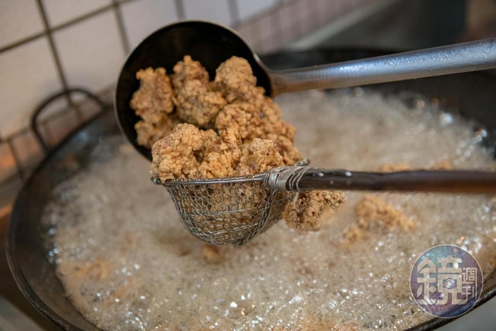 排骨酥是選溫體豬小排,醃漬2天入味,再裹地瓜粉,用豬油酥炸。
