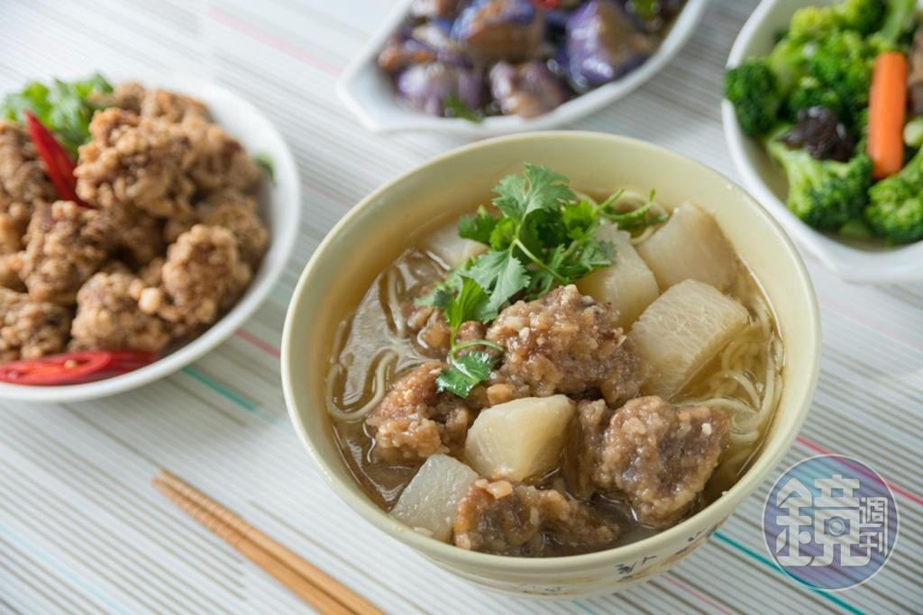 「排骨麵」有多塊軟嫩排骨肉和鮮甜白蘿蔔,湯頭清甜不油。(75元/碗,週二、四、六供應)