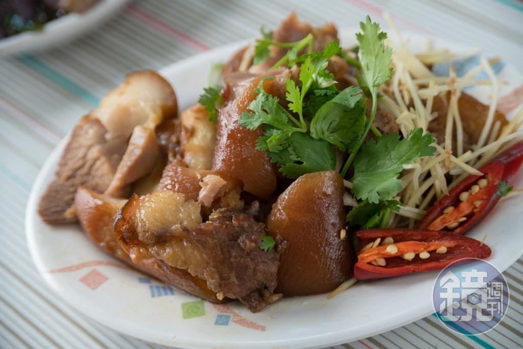 「滷豬腳」是取豬前蹄,用醬油、糖、蔥滷2小時,皮Q肉嫩、入味不死鹹。(250元/斤)