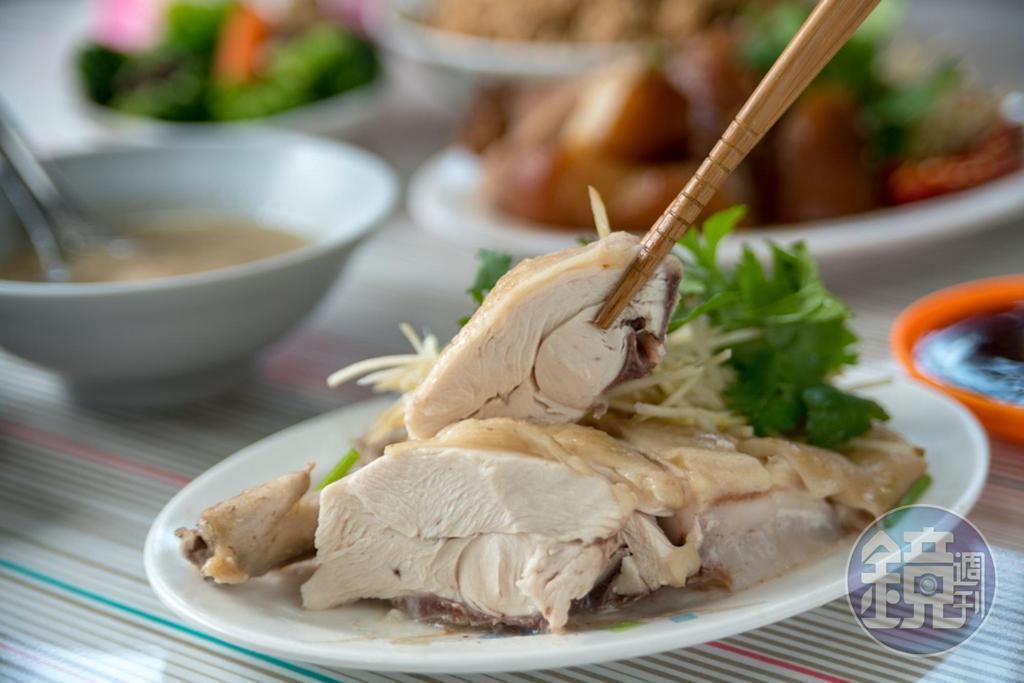 「白切雞」是選放山雞,再用大骨湯煮至全熟,肉質清甜。(60元/份)