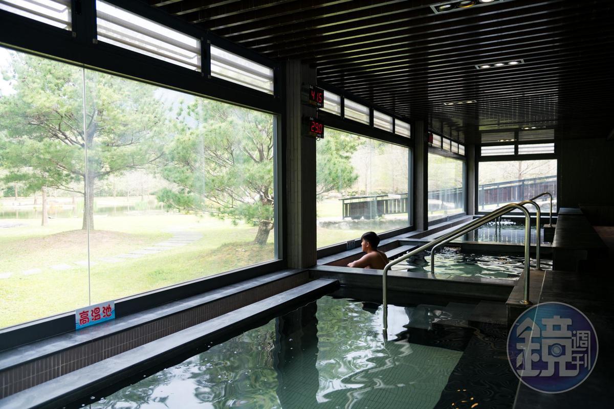 「室內風呂」仍能透過大片落地窗欣賞自然風光。