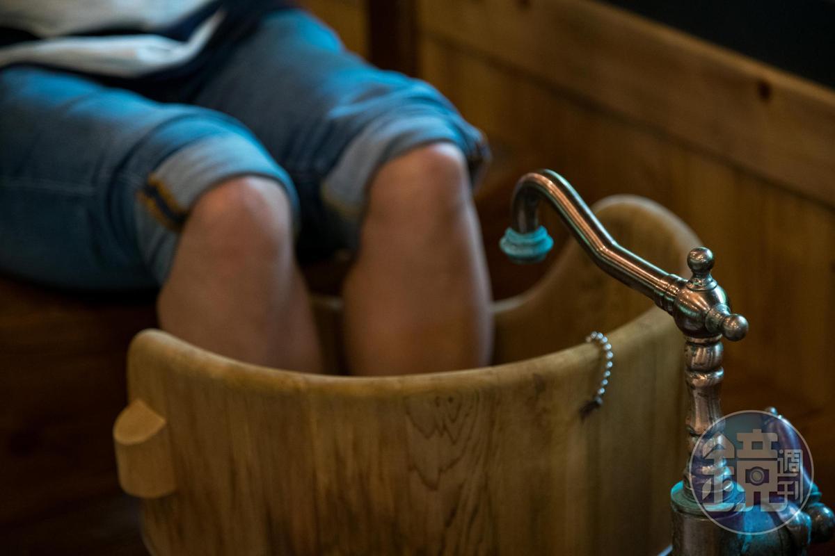 「足浴」以溫泉洗去雙腿疲憊。