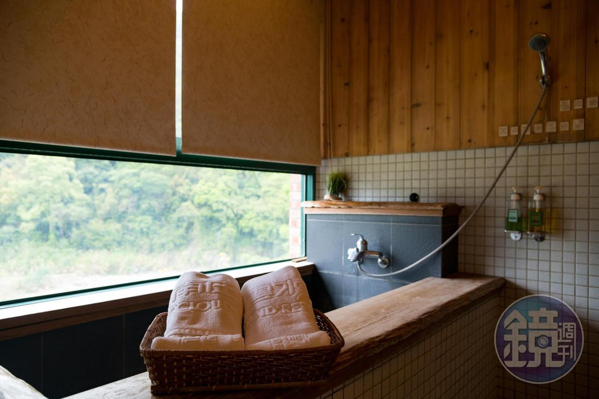 溪畔旁的「桐花森林民宿」,邊泡湯還能邊享受山景。