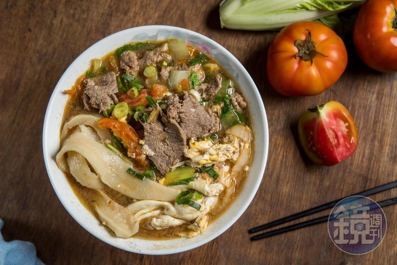 「番茄煮牛肉麵」的湯底用牛骨、洋蔥熬出自然甘甜,配料像小火鍋般豐盛。(110元/碗)