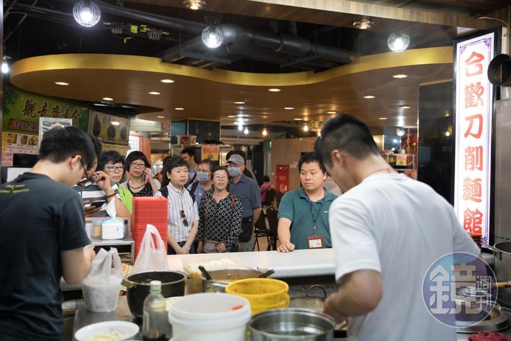 餐期大排長龍,是「合歡刀削麵」常見的風景。