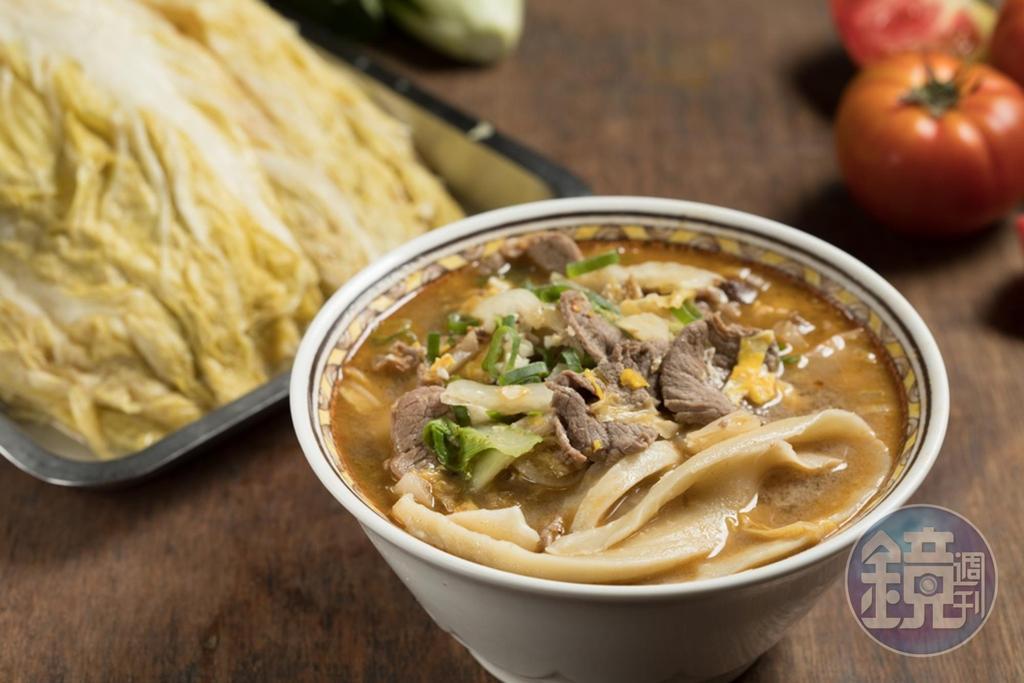 「酸白菜煮牛肉麵」的白菜絲有畫龍點睛之效,讓整碗麵吃來酸香開胃。(110元/碗)