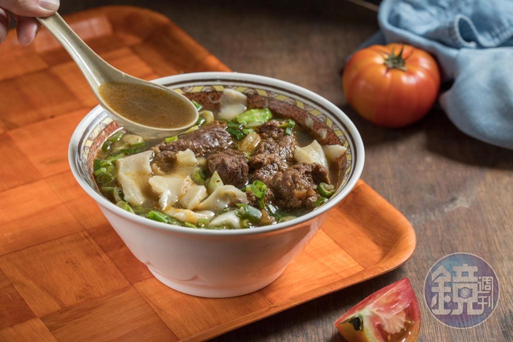 「紅燒牛肉麵」湯醇鹹鮮,牛肉塊香嫩透味。(110元/碗)