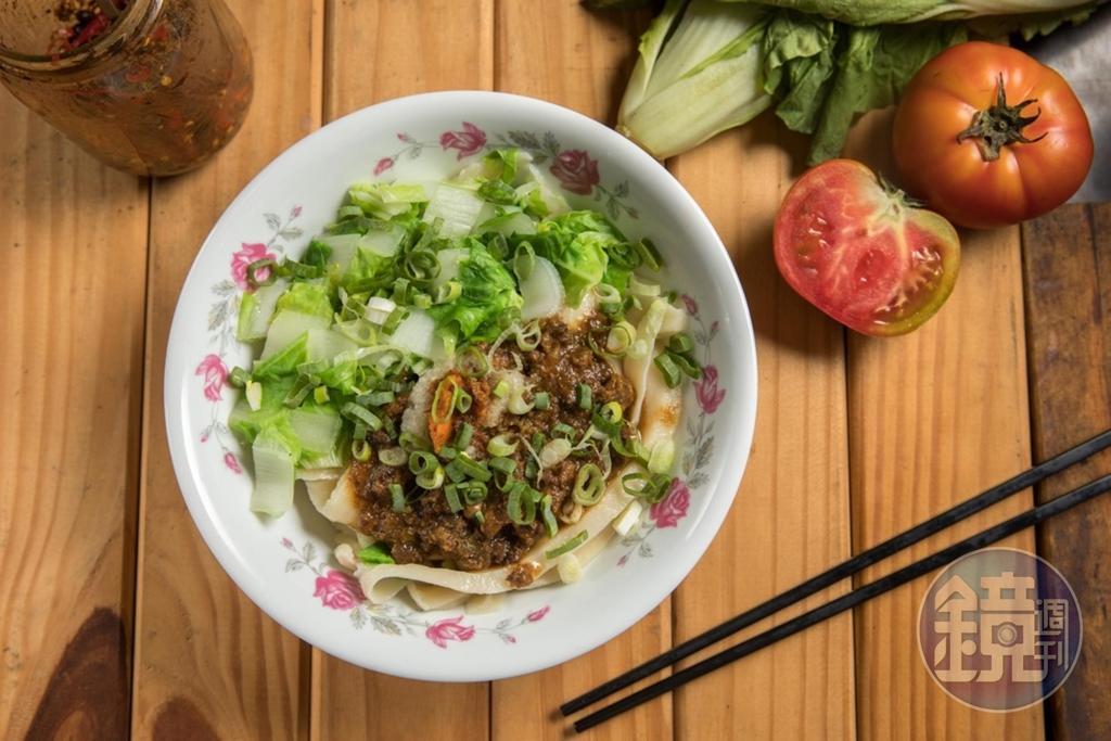 「牛肉醬拌麵」吃得到牛油和肉醬的香氣,拌點特製辣醬,更有口感層次。(60元/碗)