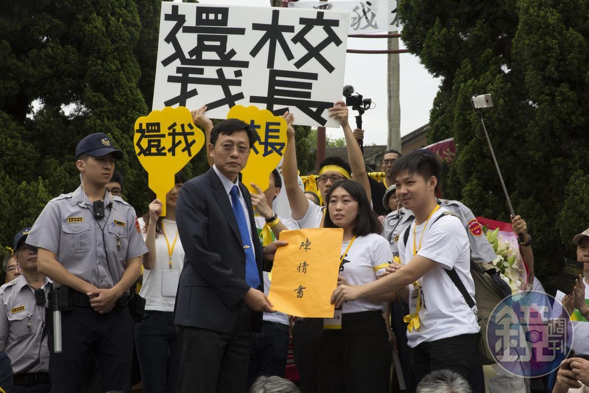 新五四運動主持人、台大化學系助理教授徐丞志遞交陳情書給台大代理校長郭大維,並為代理校長披上黃絲帶。