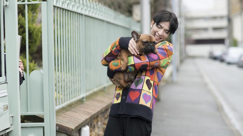 蕭敬疼愛狗成癡,拍MV也讓狗狗入鏡。(華納唱片提供)