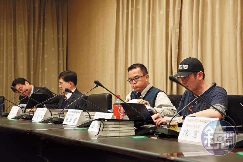 陳欽賢(右2)是去年司改國是會議的委員之一,發言直率、批判力強。