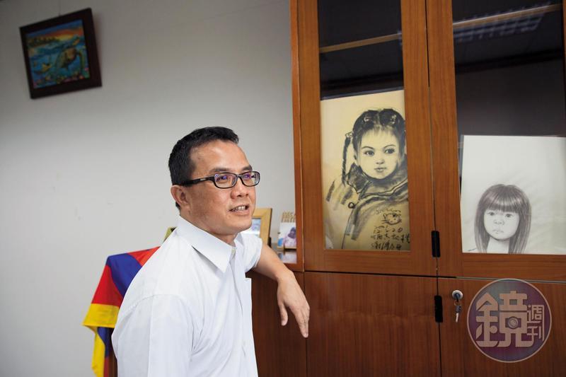 櫃子裡的素描是陳欽賢的大女兒小時候由街頭藝人所繪,他得意道,女兒小時候像洋娃娃,牽她走在路上,路人回頭率很高。