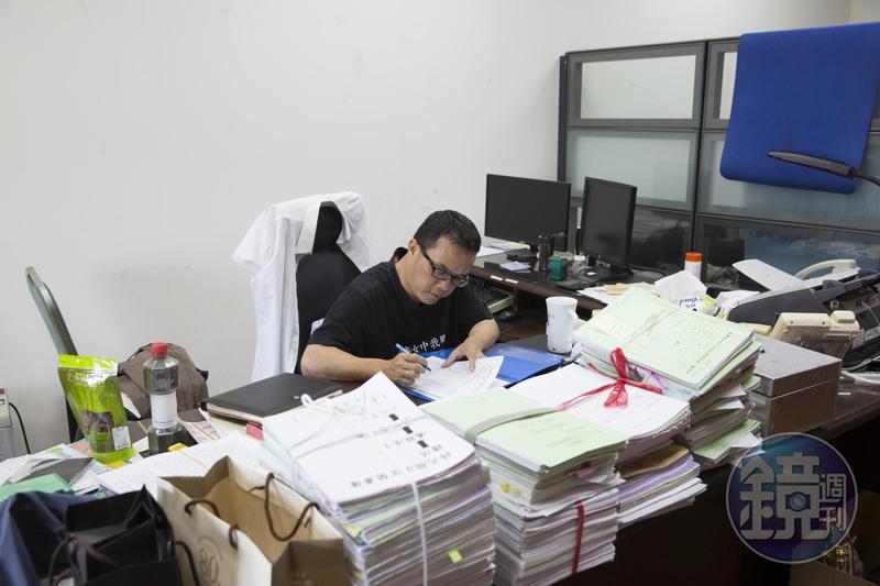 陳欽賢說,依他經驗,約有半數的被告並無聘請律師。