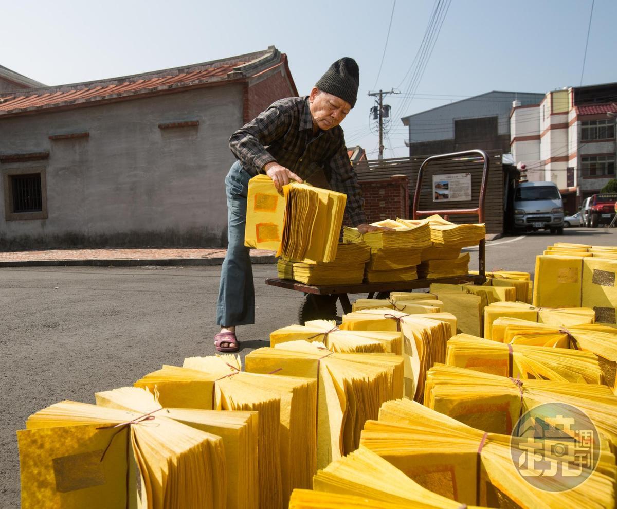 陳坤輝每天都會在馬路旁曝曬金紙,竹南金紙業興盛時期,還能看到滿街金紙綿延不絕的盛況。