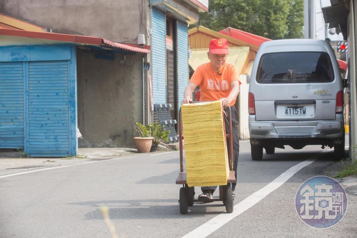 76歲的陳坤輝仍親自搬貨運貨,身骨比很多年輕人勇健。