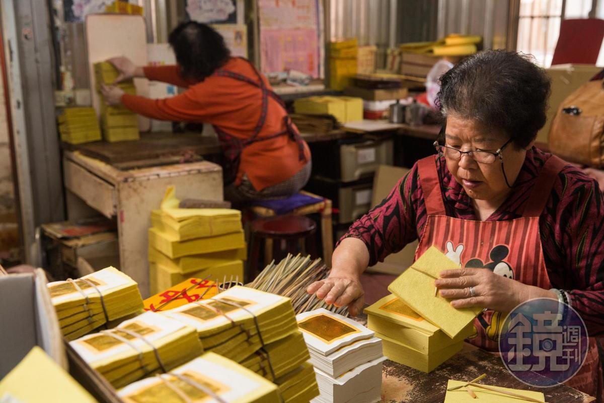 隨著時代變遷,金紙業沒落,如今只有高齡員工願意投入這行,陳協和金紙行的員工平均年齡高達74歲。