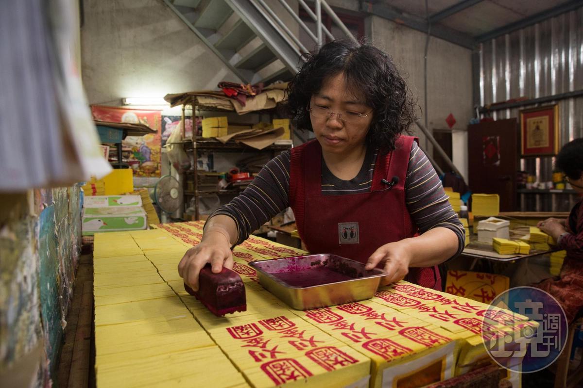 女兒陳妙芳因照顧洗腎母親辭去會計工作,如今也開始幫忙父親陳坤輝,接手家業。