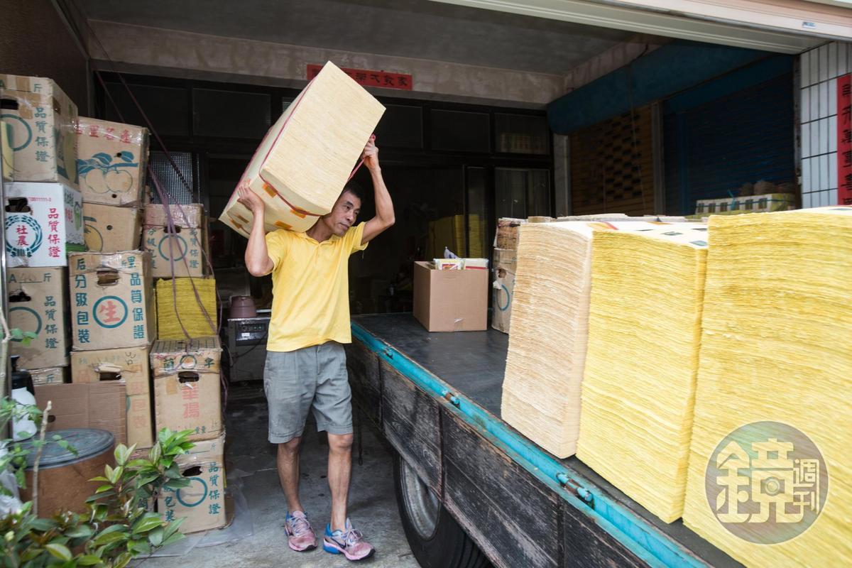 如今鎮上仍有零星幾家金紙行營業,但盛況已不及以往。