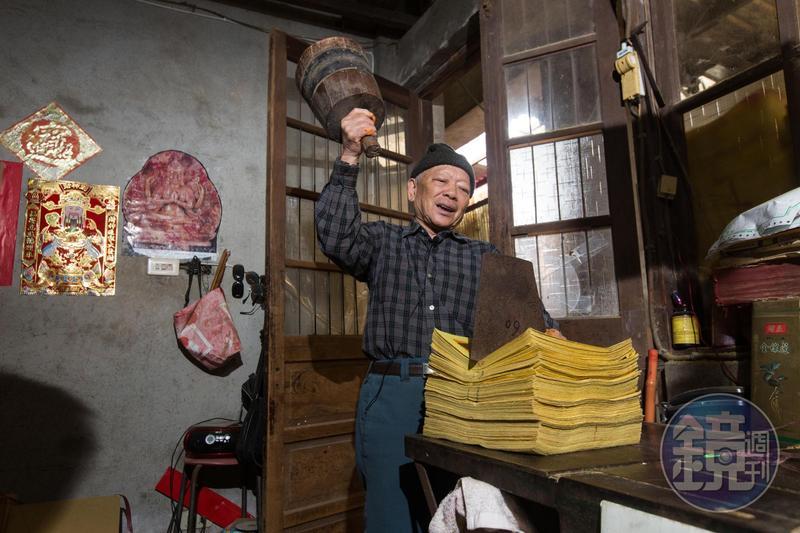 早期尚未出現切紙機,陳坤輝家會特別聘請師傅,以木槌重敲刀片,分割紙張。