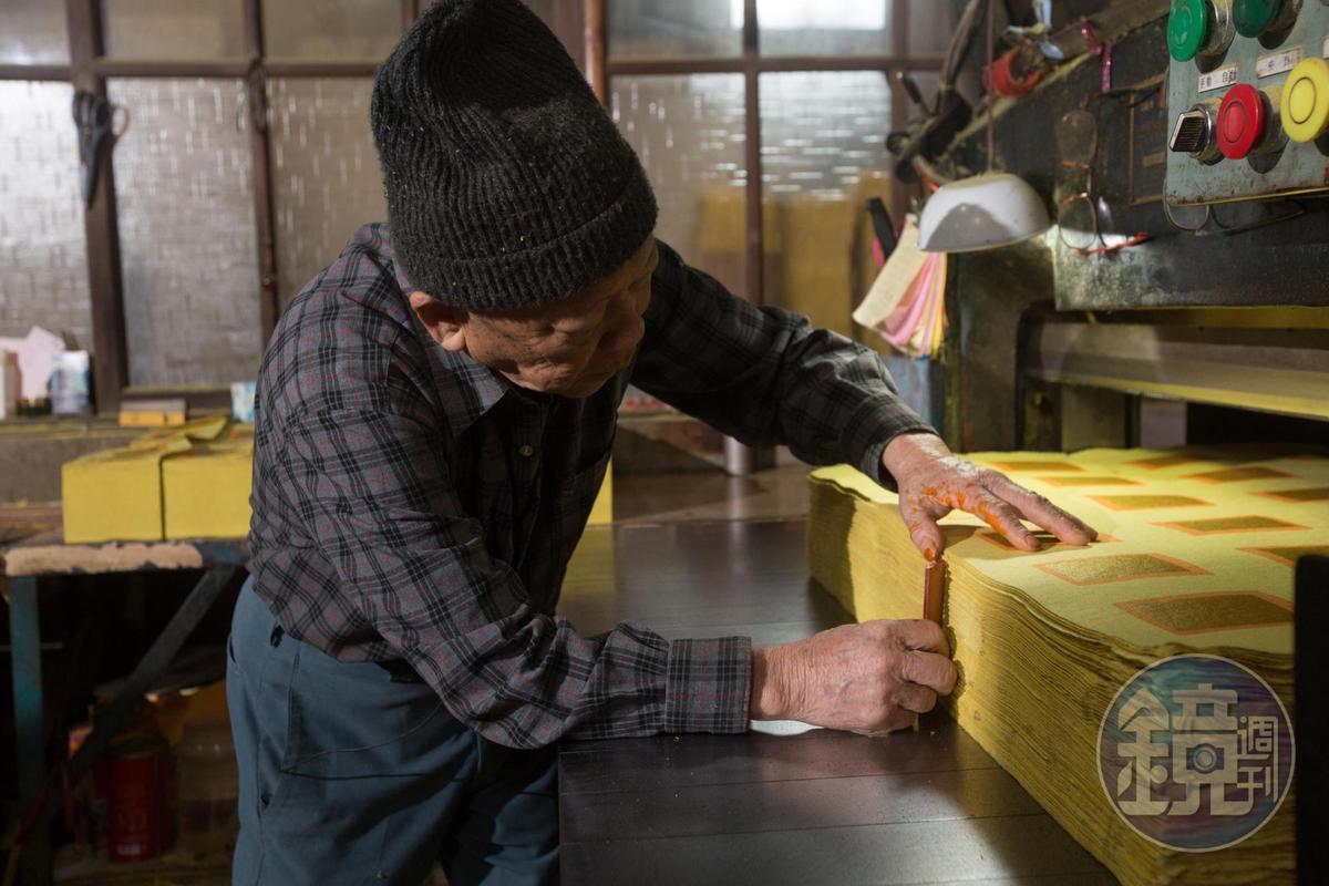 陳坤輝愛物惜物,切紙機一用30多年,仍能順暢運行。