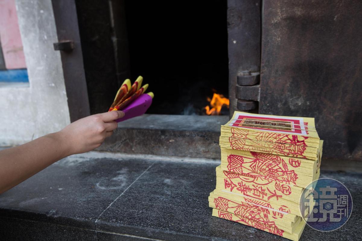 面對政府宣導減少焚香燒金降低空汙,竹南手工金紙行也僅存不到5家,陳坤輝對此一派淡定。
