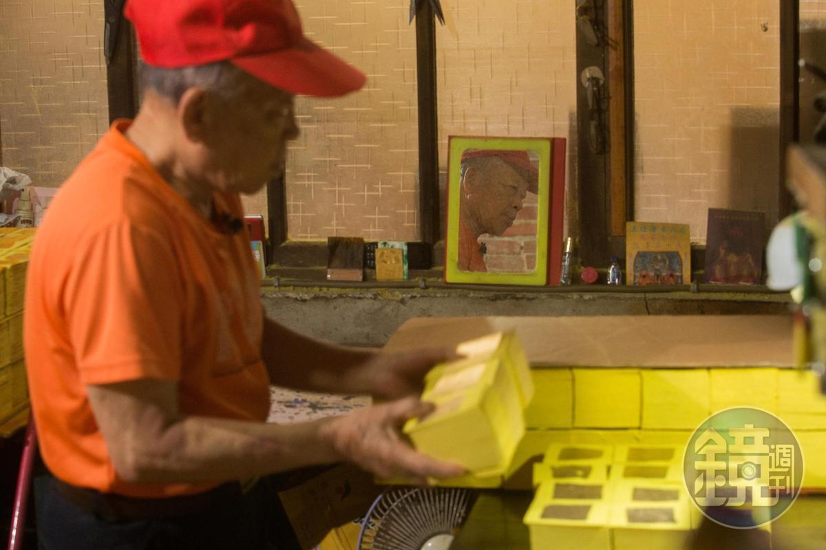 昏黃工廠裡,紙屑漫天飛舞,陳坤輝仍奮力讓中港的金色餘暉散發光芒。