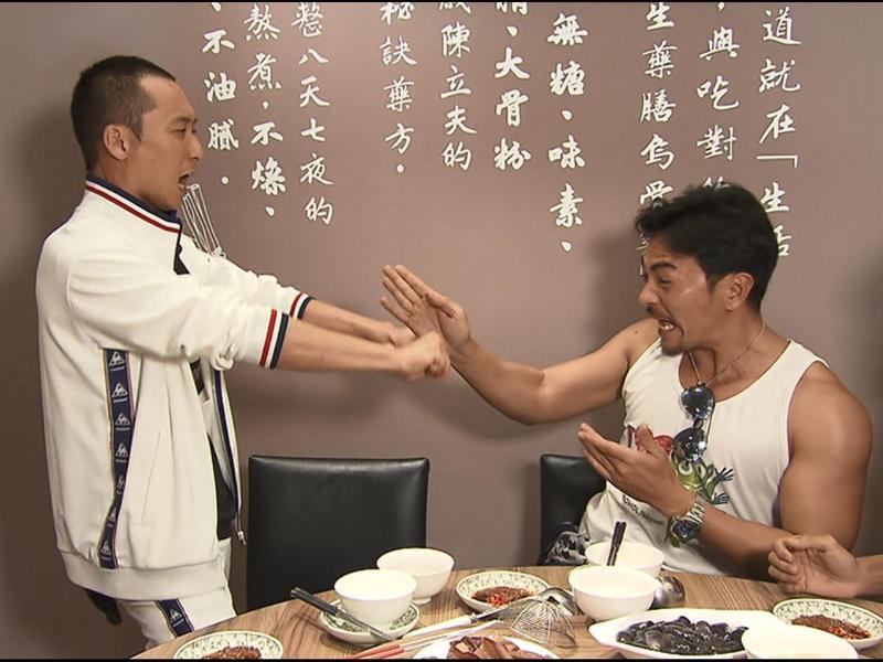TVBS《食尚玩家》推出「鐵手」、「鐵馬」和「鐵腿」的花蓮三鐵賽,由浩角翔起與夢多(右)進行激烈的捉對廝殺。左為浩子。(TVBS提供)