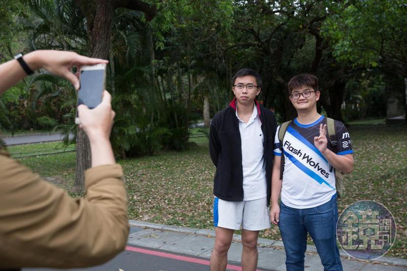 走在母校台大,立刻就有學生認出世界冠軍,拍完照還特別鼓勵Tom「右手加油!」
