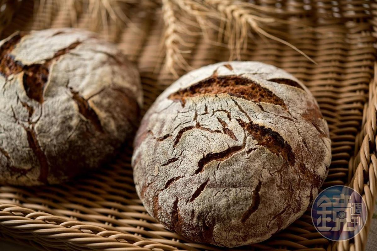 「黑祼麥麵包」高達8成的裸麥粉及2成的台灣小麥,滋味酸香。(230元/個)