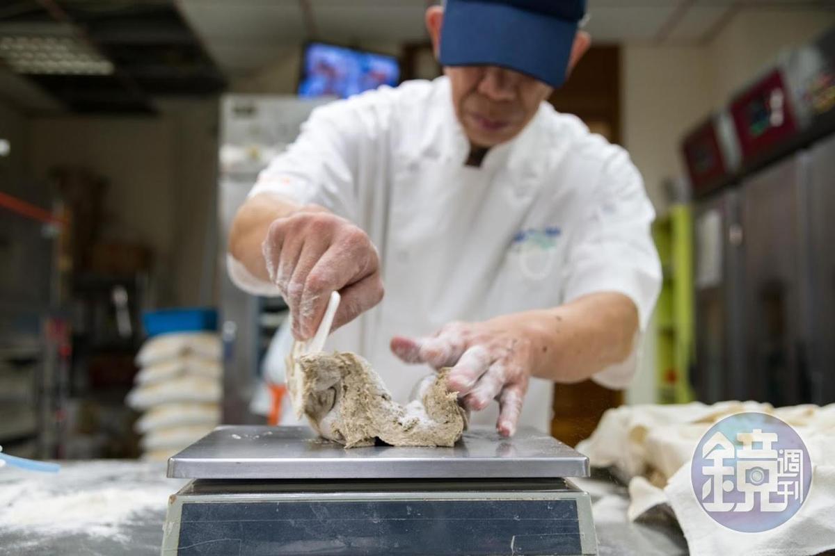 黑裸麥麵包的麵團十分黏手,很難製作。