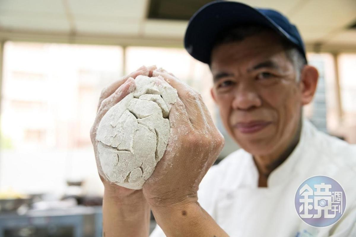 吳家麟笑說,雖然黑裸麥銷路不好,但是麵包師傅展現個人功力的一款實力派。