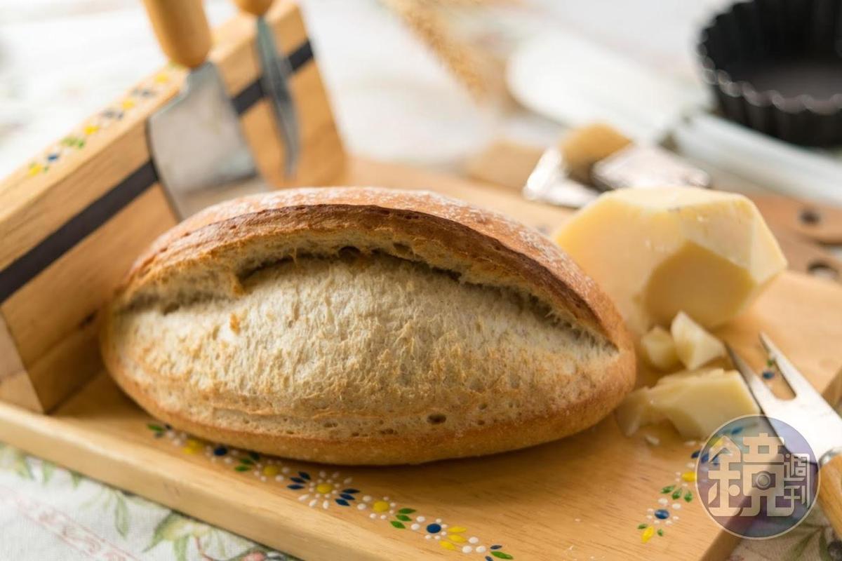 「飛龍麵包」有一條線橫亙中央,是義大利的經典麵包,搭配起司很對味。(80元/個)