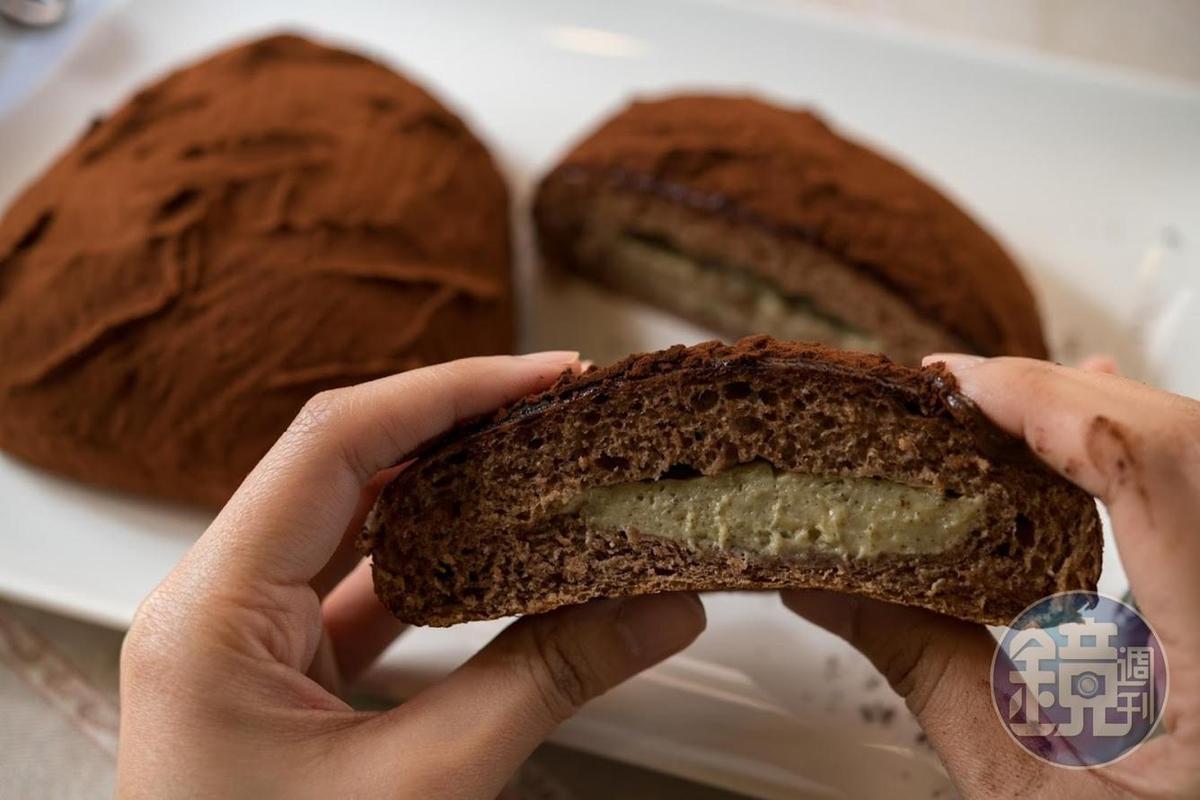 可可包內餡有韻紅紅茶卡士達醬,並撒上Michel Cluizel可可粉(60元/個)