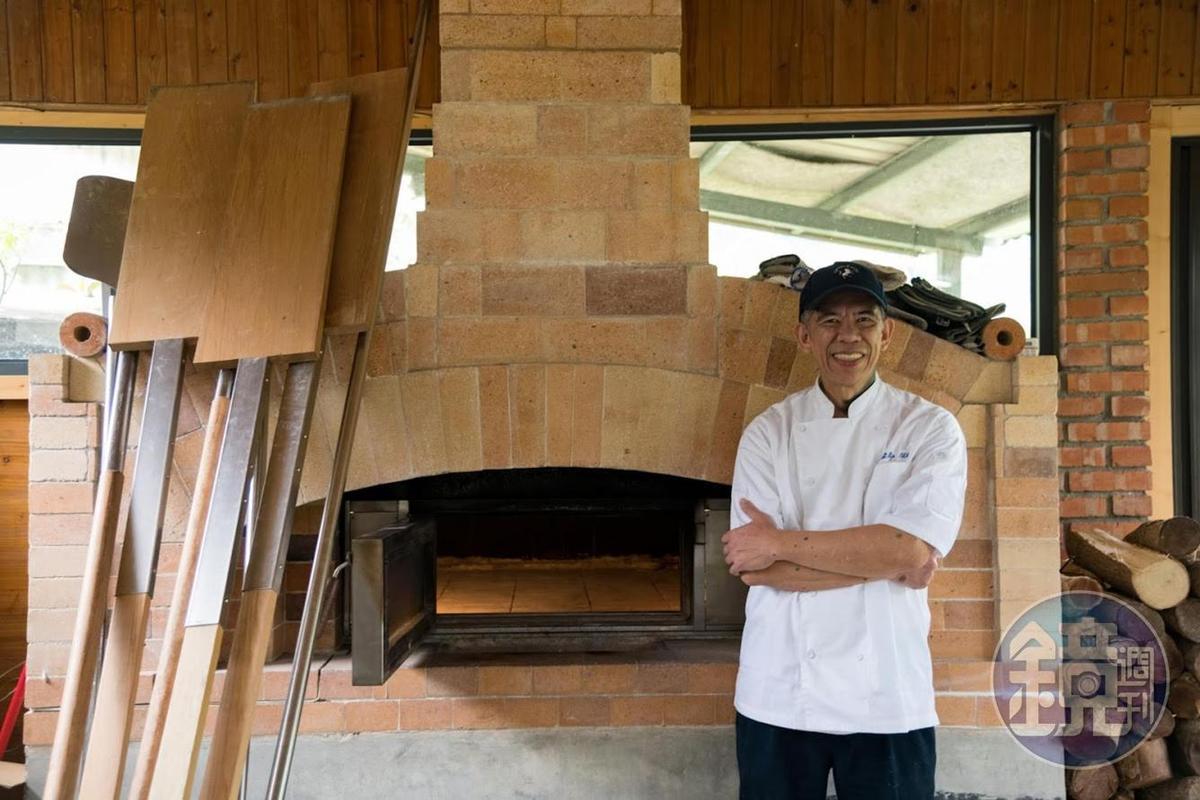 吳家麟在山上自己設計蓋了個麵包窯。