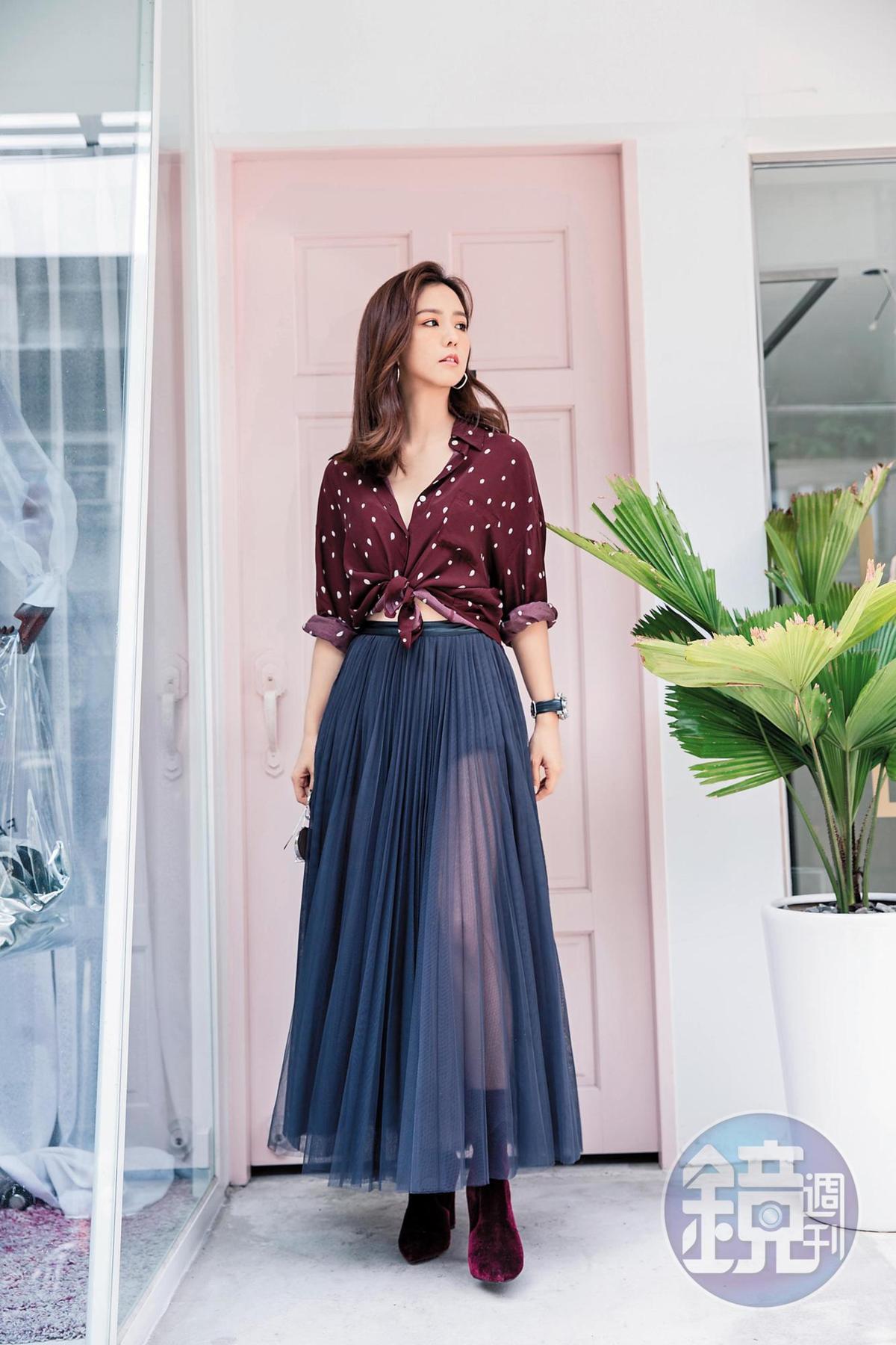 J-Factory紅色襯衫,約NT$1,200;韓國小店買的紗裙,約NT$2,000;ALDO絲絨短靴,NT$3,980。