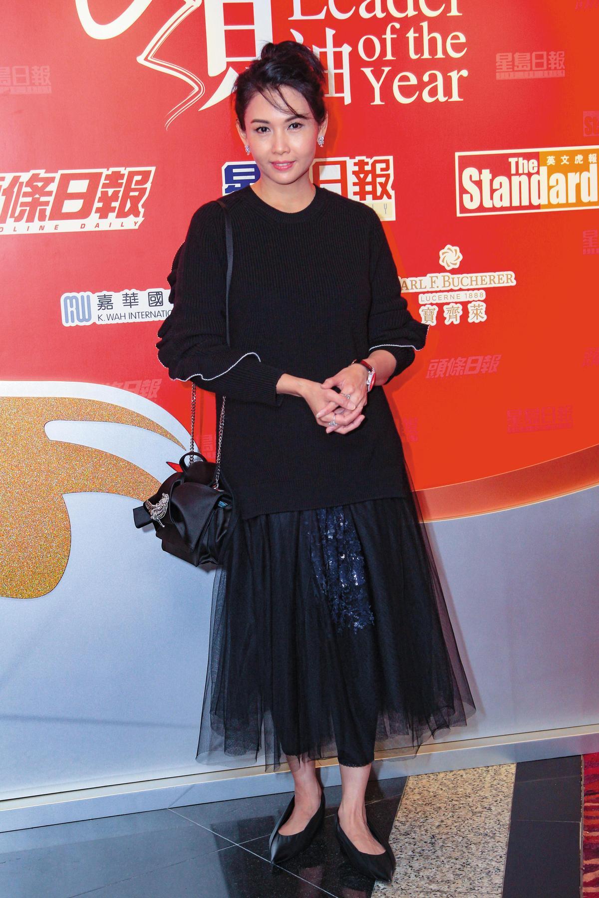在香港出席傑出領袖選舉頒獎典禮的邱淑貞,以全黑色的造型現身,她在黑色的紗裙內,搭配同色系leggings,既保有浪漫感,又不會有太少女的誇張感。(東方IC)