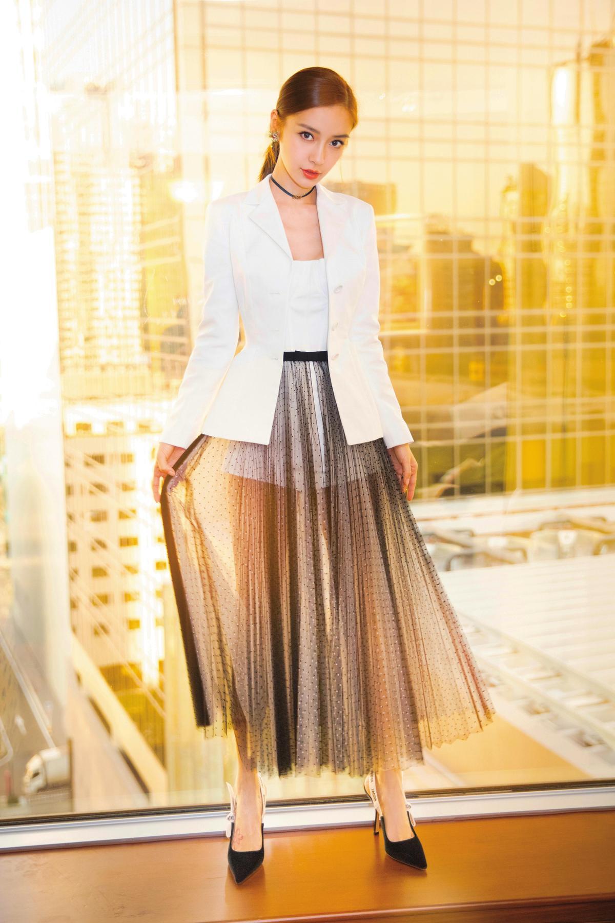 Angelababy出席Dior Lady Art#2藝術家限量合作系列開幕酒會的Angelababy,白色短褲外,加了件黑紗長裙,完全透視的效果,展現美腿也性感十足。(東方IC)