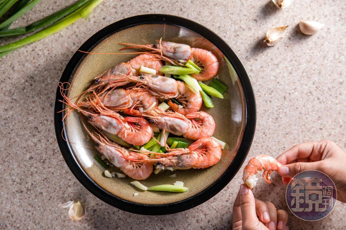 「甜蝦」清燙拌上蒜苗、蒜頭,清甜軟嫩。(時價,圖約600元/份)