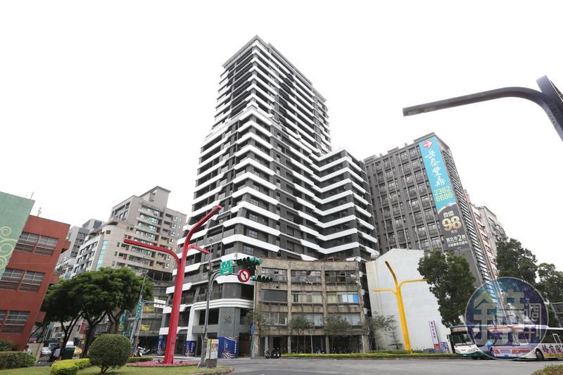 西門町知名建案「台北ONE」大樓外觀雖氣派,卻爆發一屋二賣的產權糾紛。