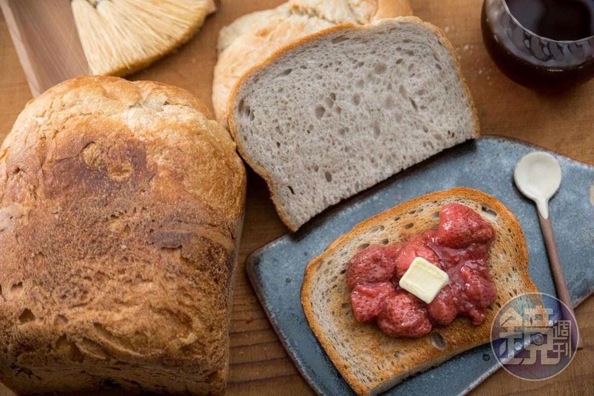以玫瑰花酵母製作的「玫瑰土司」有清雅的花香,烤酥抹上自製草莓醬與奶油是一絕。(190元/半條)