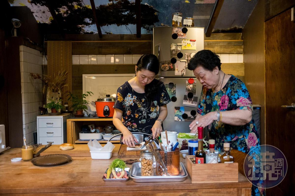 施媽媽(右)心疼女兒顧店辛苦,不時飛來台灣陪伴,順道秀幾手好廚藝。