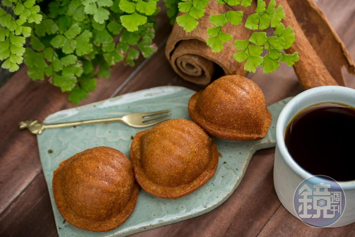 「肉桂核桃蛋糕」使用要價不斐的越南桂皮,香氣奔放。(100元/個)