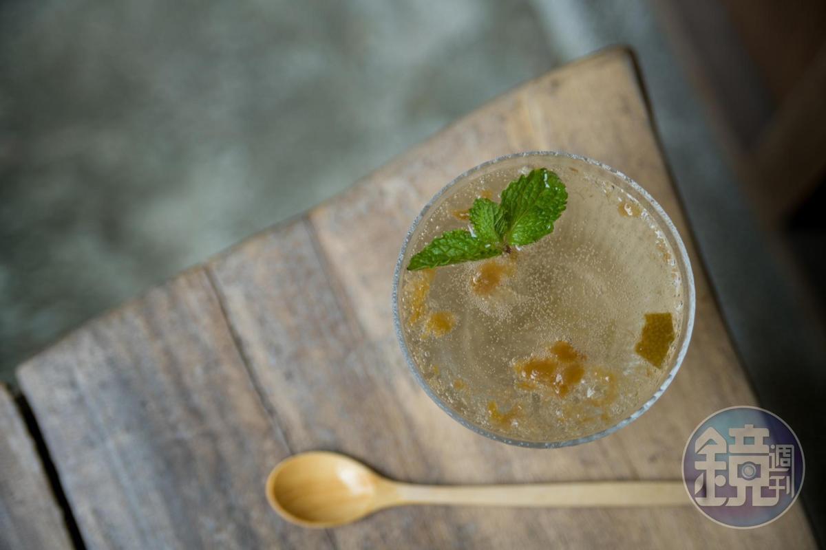 「鹹檸七」上頭飄的是醃漬一年的鹹檸檬,酸香解渴。