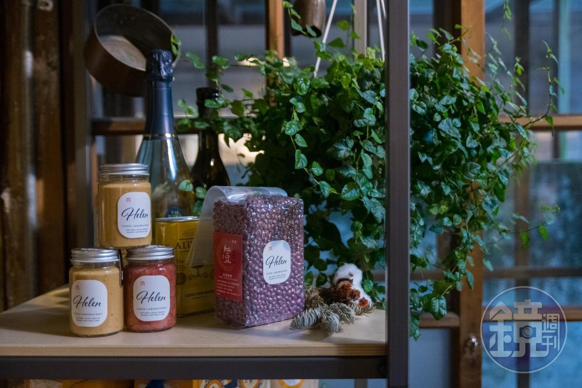店內也販售施穎瑩製作的辣椒花生醬。