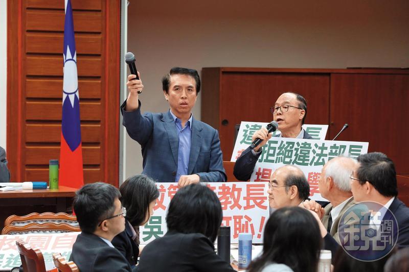 不滿拔管,陳學聖在立法院教委會杯葛教育部長吳茂昆,不讓吳拿麥克風,枯坐一天。