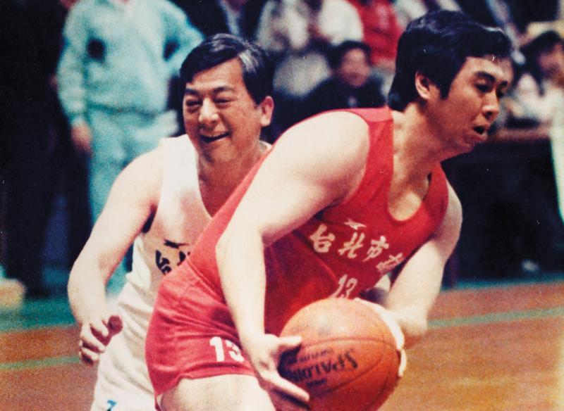 陳學聖(右)曾擔任台北市議員,他找出與前台北市長黃大洲(左)打籃球的照片,笑說自己體力不減,選舉期間一定跑得很勤快。(陳學聖提供)