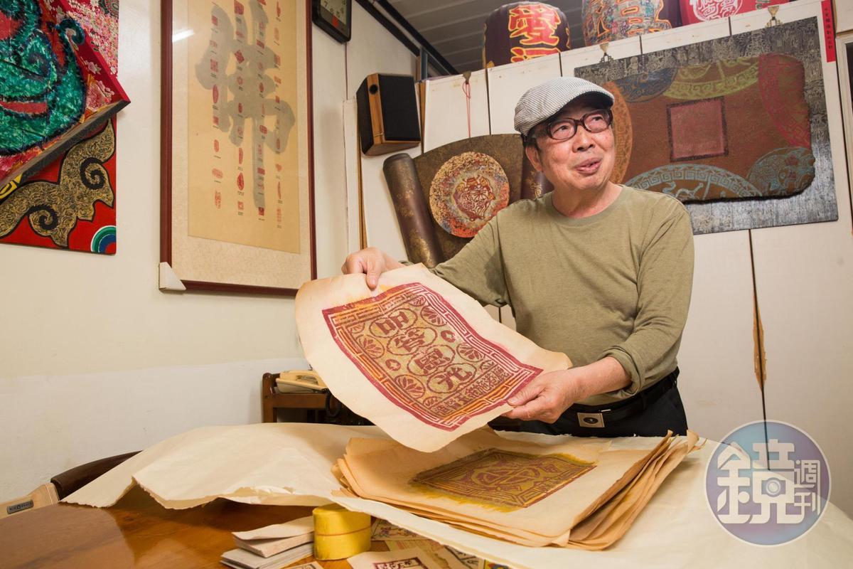 張益銘收藏金紙已有40年,對於金紙大小事聊若指掌。