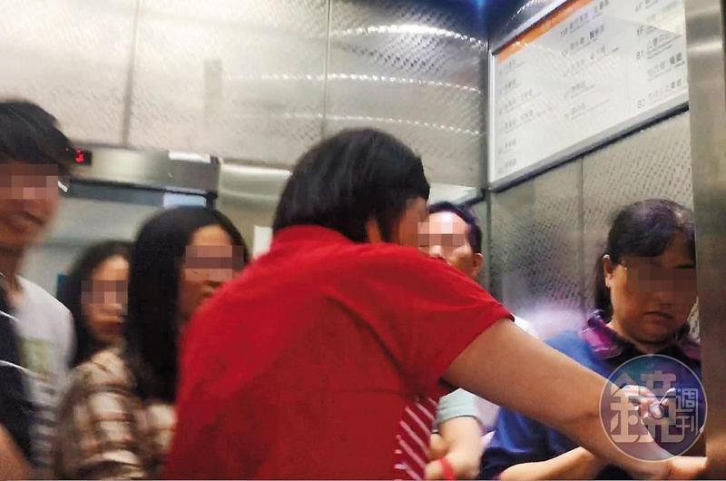 5月4日11:53,中午休息時間還未到,許多公務人員就趕搭電梯(圖),去美食街享用午餐。