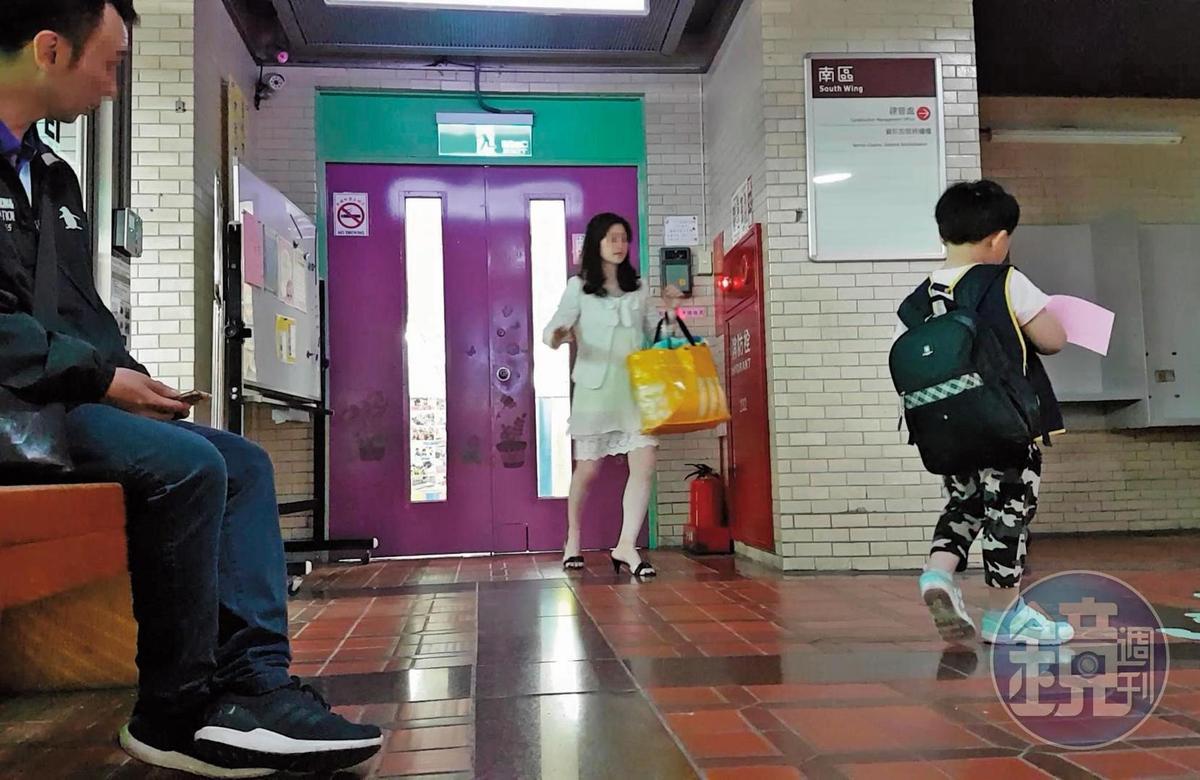 5月3日8:45,工務局1名女約聘員帶小孩打卡上班,8點45分到地下2樓買早餐,接著才送小孩到2樓幼兒園。